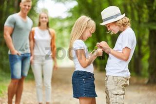 Kinder betrachten neugierig ein Fundstück