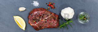 Fleisch Steak roh Rindfleisch Banner von oben Schieferplatte