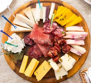 Sizilianischer Käse und Salami