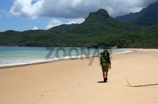 Ein Wanderer auf einer einsamen Insel