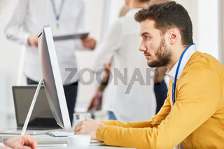 Start-Up Mann arbeitet am Computer