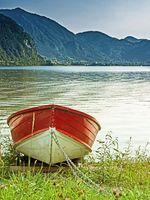 Ruderboot am Ufer des Idrosee in Norditalien