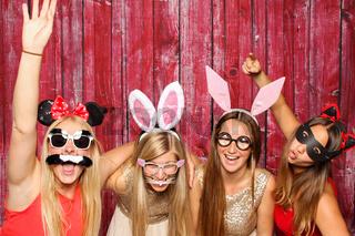 lustige mädchen mit hasenohren - photobooth party