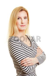 Junge blonde Frau mit verschränkten Armen