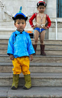 Zwei Knaben posieren als traditionelle Naadam Ringer