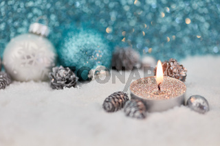 Teelicht mit Dekoration zu Weihnachten