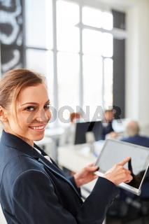 Studentin mit einem Tablet Computer