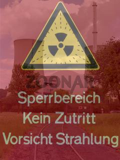 Kernkraftwerk mit eingeblendetem Warnschild