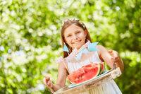 Mädchen serviert Wassermelonen als Snack