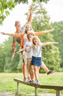 Familie und Kinder machen eine Balance Übung