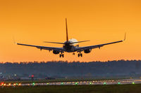 Flugzeug landet Flughafen Stuttgart Sonne Sonnenuntergang Ferien Urlaub Reise reisen