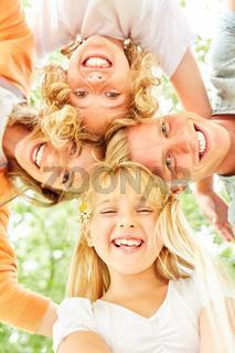 Blondes Mädchen und ihre Familie