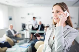 Junge Start-Up Frau telefoniert mit Smartphone