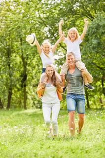 Kinder reiten huckepack und jubeln