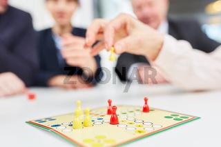 Team beim Brettspiel Mensch ärgere dich nicht