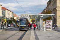 Straßenbahnhaltestelle in der Innenstadt von Dresden