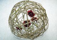 rote Gerbera in Weidenkugel - Valentinstag freigestellt