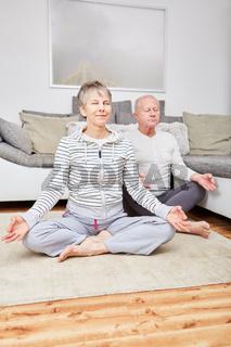 Senioren Paar macht Yoga Meditation