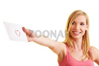 Blonde Frau überreicht einen Liebesbrief