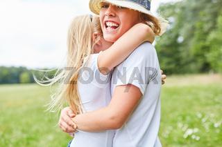 Junge wird von Freundin umarmt