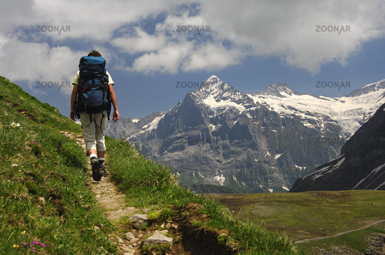 Wanderer vor dem Wetterhorn Massiv bei Grindelwald im Berner Oberland