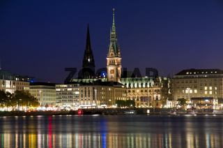 Hamburger Rathaus und Nikolaikirche an der Binnenalster