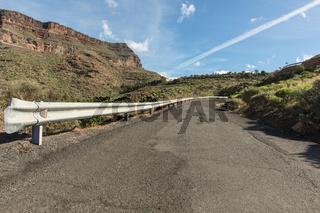 Leitplanke an Straße im Gebirge von Gran Canaria