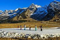 Gruppe Kinder beim Training auf improvisierten Langlaufloipen aus Kunstschnee, Frankreich