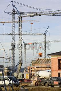 Panorama Blick auf ein Neubaugebiet mit vielen Häusern und Baukränen