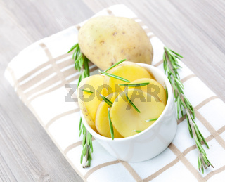 Kartoffelscheiben in Schale / potato in bowl with rosemary