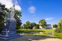 Denkmal Friedrich II. im Schlosspark vor Schloss Neuhardenberg, Brandenburg, Deutschland