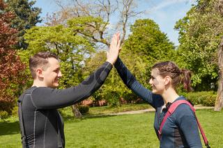 Sportler geben sich High Five nach Fitnesstraining