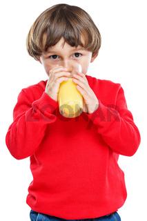 Kind trinken Orangensaft Orangen Saft gesunde Ernährung Hochformat Freisteller freigestellt isoliert