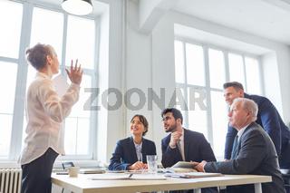 Consulting Frau als Redner in einer Schulung