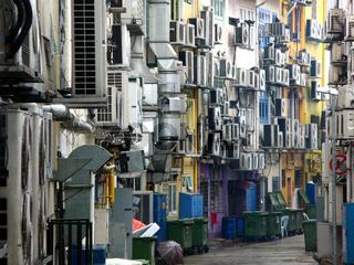Klimaanlagen in einer Gasse in Singapur