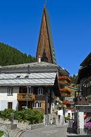 Ortsbild Saas-Fee im Sommer, Turm der Pfaarkirche, Saas-Fee, Wallis, Schweiz
