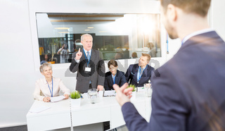 Mann bei Präsentation vor Business Gruppe