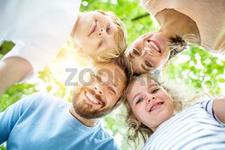 Kinder und Eltern als glückliche Familie im Sommer