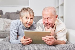 Senioren Paar mit Tablet PC online