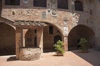 Inner court Palazzo Pretorio in Certaldo, Toskana, Italien