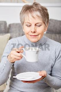 Seniorin genießt eine Tasse Kaffee
