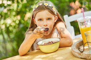 Hungriges Mädchen isst Müsli zum Frühstück