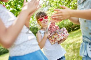 Mädchen feiern Kindergeburtstag
