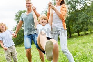 Mädchen tobt ausgelassen mit Eltern