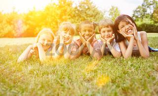 Gruppe Kinder hat Spaß im Sommer