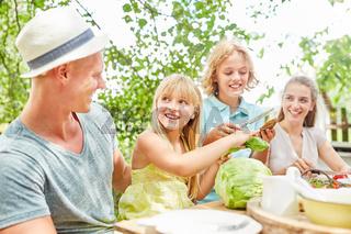 Familie und Kinder beim gesunden Frühstück