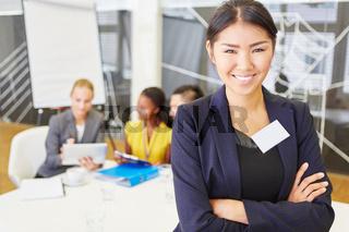 Junge asiatische Frau als Berater