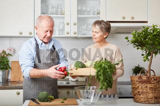 Senioren kochen ein gesundes veganes Essen