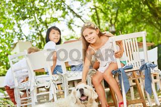 Mädchen streichelt einen Golden Retriever