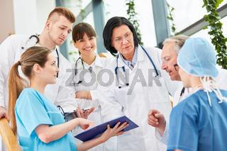 Chirurgie Ärzteteam plant schwierige Operation